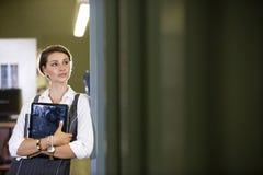 szkoła wyższa drzwi mienia laptopu biblioteki uczeń obrazy stock