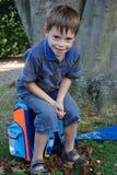 Szkoła zaczyna przy jego pierwszy dniem przy szkołą, chłopiec Fotografia Royalty Free