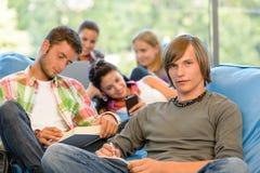 Szkoły średniej ucznie w nauki pokoju czytelniczym writing Zdjęcie Stock