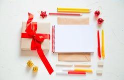 Szkoły lub biura stół blisko okno Dostawy i otwarty notatnik Fotografia Stock
