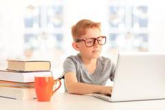 Szkoły podstawowej studencki patrzeje komputer zdjęcia royalty free