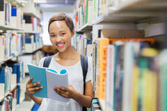 Szkoły wyższa dziewczyny czytanie Obrazy Stock