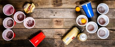Szkoły wyższa przyjęcia sport - piwny pong stołu położenie zdjęcia stock