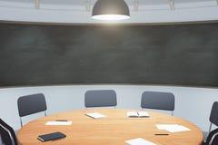 Szkoły wyższa sala lekcyjna z round drewnianym blackboard i stołem royalty ilustracja