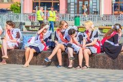 Szko?a absolwenci na ostatnim dzwonie na Volga bulwarze odpoczywaj? na ?awce Rosyjski tekst: 2018 absolwent obrazy stock