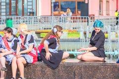 Szko?a absolwenci na ostatnim dzwonie na Volga bulwarze odpoczywaj? na ?awce Rosyjski tekst: 2018 absolwent fotografia royalty free
