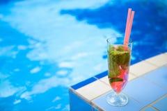 Szkło orzeźwienie napój z truskawkowym mojito na basen stronie Obrazy Royalty Free