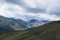 Szkoccy Górscy zbocza w przesuwań się colours przeciw chmurnemu s Obraz Royalty Free
