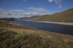 Szkocja jezioro, łąki i wzgórza -, obraz royalty free