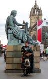 Szkocki bagpiper przy Edynburg festiwalu kranem Zdjęcia Royalty Free