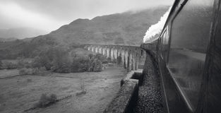 Szkocki kontrpara pociąg przechodzi klasycznego most Zdjęcia Stock