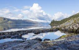 Szkocki Loch z odbiciami Zdjęcia Royalty Free