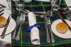 Szkocki Stołowy położenie z tartanu projektem na stole obrazy royalty free