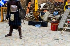 Szkocki wojownik, żołnierz w tradycyjnym kostiumu z spódnicą i osłona na kwadracie średniowieczny stary kasztel, fotografia royalty free