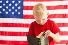 Szkolna chłopiec czyta biblię Obraz Royalty Free