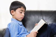 Szkolna chłopiec Czyta książkę Obraz Royalty Free