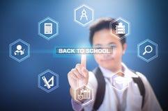 Szkolna chłopiec dotyka Z powrotem szkoła guzik używać Wirtualnego ekranu hologram Fotografia Stock