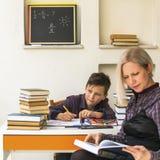 Szkolna chłopiec i adiunkt homework obraz stock