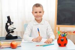 Szkolna chłopiec siedzi sali lekcyjnej łgarskiego biurko w domu wypełniał z książka stażowego materiału uczniem śpi gnuśnego zanu obraz royalty free