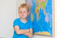 Szkolna chłopiec z światową mapą Obrazy Royalty Free