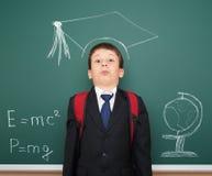 Szkolna chłopiec z akademicką nakrętką obraz stock