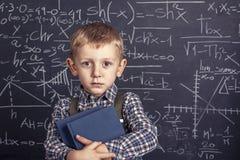 Szkolna chłopiec i blackboard Fotografia Royalty Free