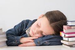 Szkolna czas rutyna męczył dzieciaka śpi książkowe sterty zdjęcie stock