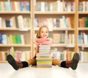 Szkolna dzieciak edukacja, książka dla dzieci, mała dziewczynka uczeń obraz royalty free