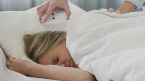 Szkolna dziewczyna ignoruje budzika, śpiący w ranku i brakujących lekcjach zdjęcie wideo
