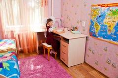 Szkolna dziewczyna robi pracie domowej Zdjęcie Royalty Free
