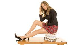 Szkolna dziewczyna siedzi na książek nogach out Zdjęcie Royalty Free