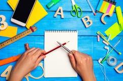 szkolna rywalizacja, literacki pojedynek, walka dla szkolnego miejsca, rywalizacja szkolni leavers, akcesoria i biuro, biurko Fotografia Royalty Free