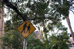Szkolna strefa, ono Wystrzega się ludzie lub dzieci krzyżuje ulicę, R zdjęcia stock