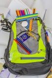 Szkolna torba, plecak, ołówki, pióra, gumka, szkoła, wakacje, władcy, wiedza, rezerwuje Obraz Royalty Free