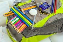 Szkolna torba, plecak, ołówki, pióra, gumka, szkoła, wakacje, władcy, wiedza, rezerwuje Zdjęcia Stock