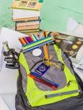 Szkolna torba, plecak, ołówki, pióra, gumka, szkoła, wakacje, władcy, wiedza, rezerwuje Zdjęcie Royalty Free