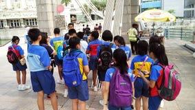 Szkolna wycieczka turysyczna przy Historycznym Cavenagh mostem Singapur obrazy royalty free