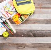 Szkolne dostawy i lunch na drewnianym tle obraz stock