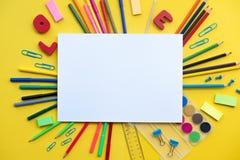Szkolne dostawy kłaść na żółtym tle z kopii przestrzenią szkoły pojęcie, z powrotem, kopii przestrzeń, pionowo zdjęcia stock