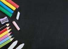Szkolne dostawy na blackboard zdjęcia stock