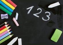 Szkolne dostawy na blackboard fotografia stock
