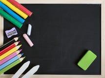 Szkolne dostawy na drewnianej ramy blackboard obrazy royalty free