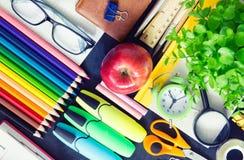 Szkolne dostawy na szkolnej czerni desce szkło w górę oczu Zdjęcia Royalty Free