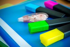 Szkolne dostawy na zielonym tle Pióra, ołówki, nożyce, władca, papierowe klamerki, notatnik i markier na stole, kopia obrazy royalty free