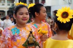 Szkolne dziewczyny paradują ulicznego tana w kolorowych kostiumach, przewożenie niemowlaka Jezus ikona Obrazy Royalty Free