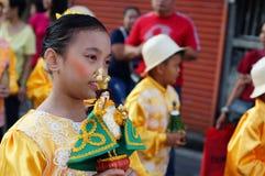 Szkolne dziewczyny paradują ulicznego tana w kolorowych kostiumach, przewożenie niemowlaka Jezus ikona Obraz Stock