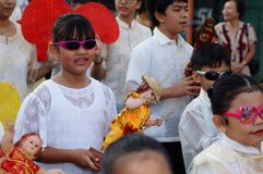 Szkolne dziewczyny paradują ulicznego tana w kolorowych kostiumach, przewożenie niemowlaka Jezus ikona Obraz Royalty Free