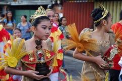 Szkolne dziewczyny paradują ulicznego tana w kolorowych kostiumach, przewożenie niemowlaka Jezus ikona Fotografia Royalty Free
