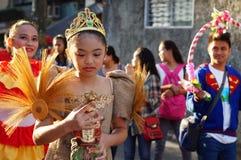 Szkolne dziewczyny paradują ulicznego tana w kolorowych kostiumach, przewożenie niemowlaka Jezus ikona Obrazy Stock