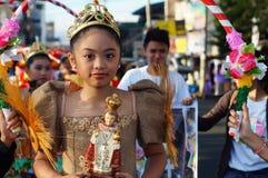Szkolne dziewczyny paradują ulicznego tana w kolorowych kostiumach, przewożenie niemowlaka Jezus ikona Fotografia Stock